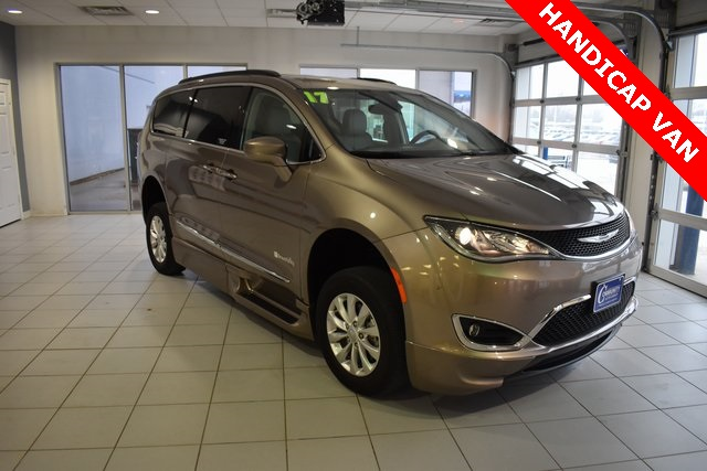 The 2017 Chrysler Pacifica Touring L photos