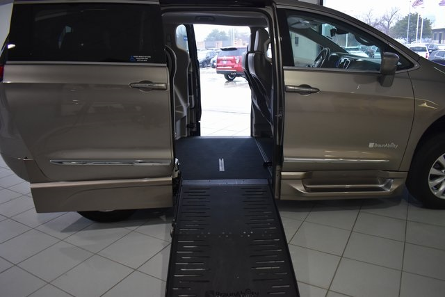 2017 Chrysler Pacifica Touring L photo